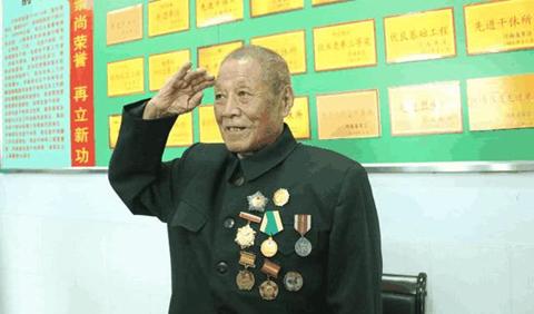 """因两万元""""辛苦钱被偷"""",93岁老人无奈找到政府""""亮出身份"""",中央都惊动了"""