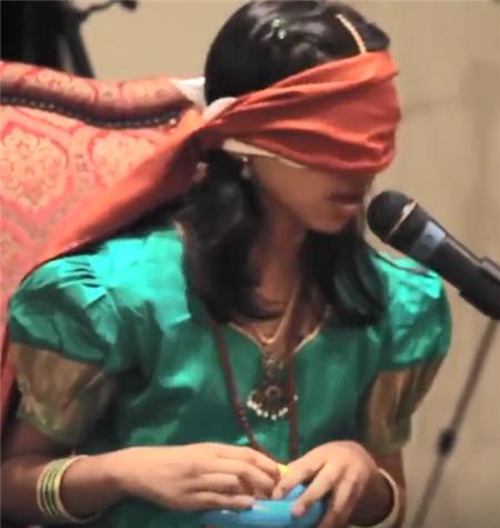 """印度女孩拥有""""透视眼"""",无论眼睛蒙多少布,都能看穿一切物体"""